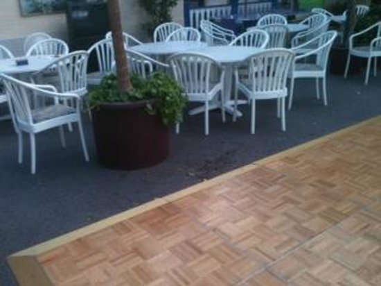 Quality Inn & Suites: dirt from planters on the floor