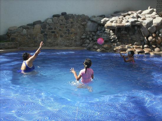Villa Varadero Hotel & Suites: divirtiendose en la alberca