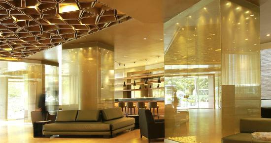 B.O.G. Hotel A Member of Design Hotels: Vista del lobby hacia el bar, un juego de reflejos, luces y sombras, es muy mágico.