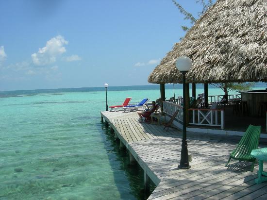 Coco Plum Island Resort: bar and dock
