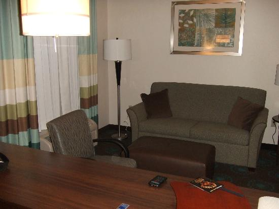 Hampton Inn & Suites Middlebury : suite sitting area