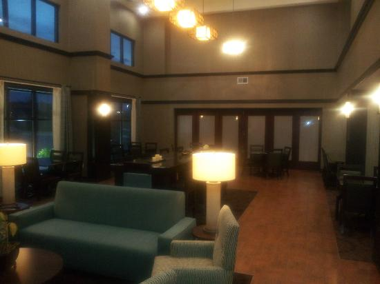 Hampton Inn & Suites Middlebury : common/breakfast area