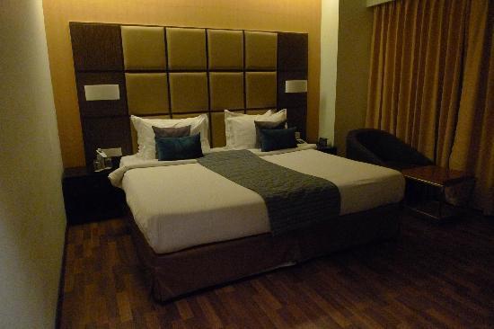 Ramada Ahmedabad: Bed in room
