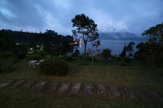 Ashram Home Stay-Hotel: Night View of the Lake