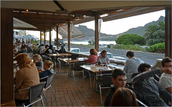 ‪تشامانز بيك هوتل: The terrace with view across Hout Bay‬