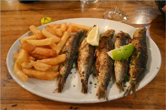 Chapmans Peak Beach Hotel: 5 fat sardines with very crisp chips