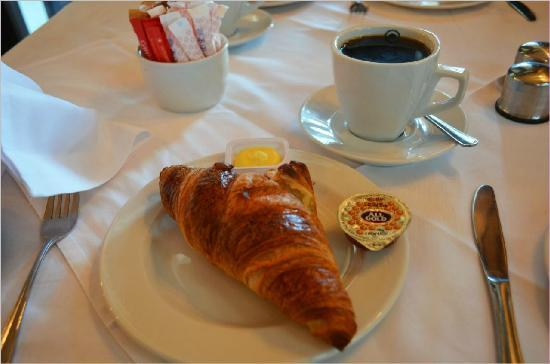 Chapmans Peak Beach Hotel: freshly baked croissants with good black coffee