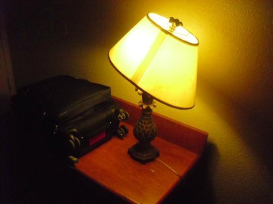 Americas Best Value Inn And Suites- Odessa: Broken lamp shade
