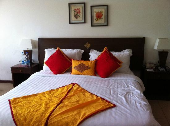 Suryavilas Luxury Resort & Spa: King size bed
