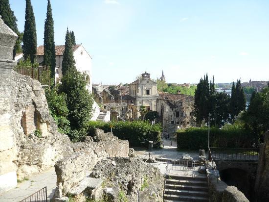 Piazzale Castel San Pietro: Vista dal Castel S. Pietro del Teatro Romano