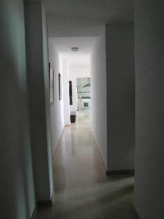 Apartamentos Turisticos Fercomar: le couloir de l'entrée donnant vers chambres , cuisine et salon