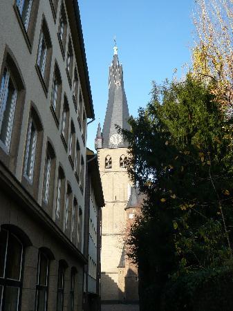 Stadterhebungsmonument: St. Lambertus von der Schlössergasse aus gesehen - an deren Eingang (am Burgplatz) das Monument
