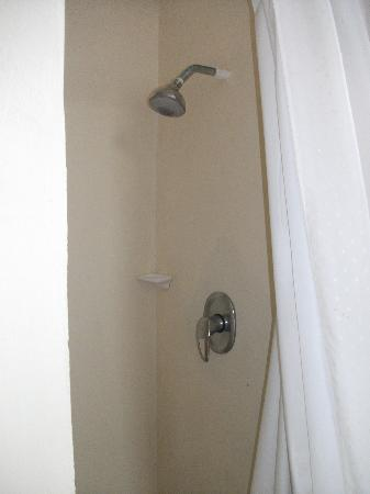 Round House Inn: shower - very small, limited hnot water