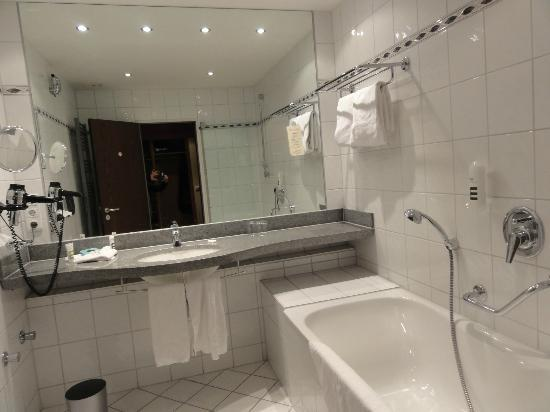 Mercure Hotel Trier Porta Nigra: La salle de bains