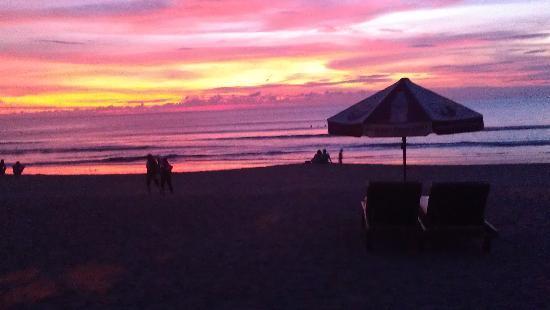 HARRIS Resort Kuta Beach: kuta beach a long stroll down from harris resort