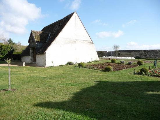 Manoir de Chaix: Barn & gardens