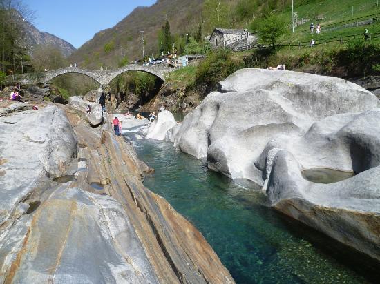 Valle Verzasca : torrente con ponte romano