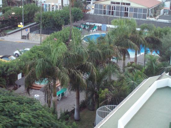 Beverly Park Hotel: Vista varanda área do hotel piscinas