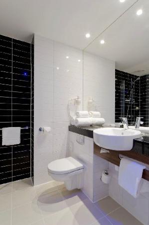 Holiday Inn Express Amsterdam-Sloterdijk Station: Bathroom