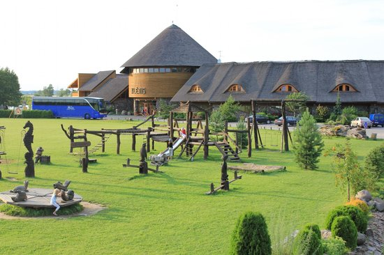 Raseiniai, Litwa: hotel building and childrens playground (view from restaurant)