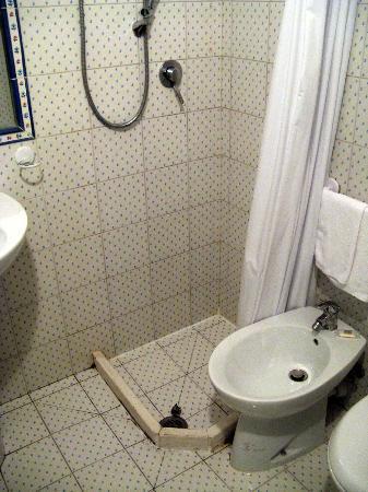 Abbazia dei Collemedio: als Duschabgrenzung dienen aufgeklebte Holzlatten