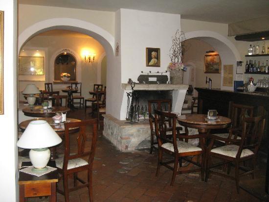 Abbazia dei Collemedio: Die Bar war alt, aber gemütlich.