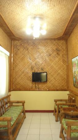 Kawayanan Resort: Living Room (nice TV)
