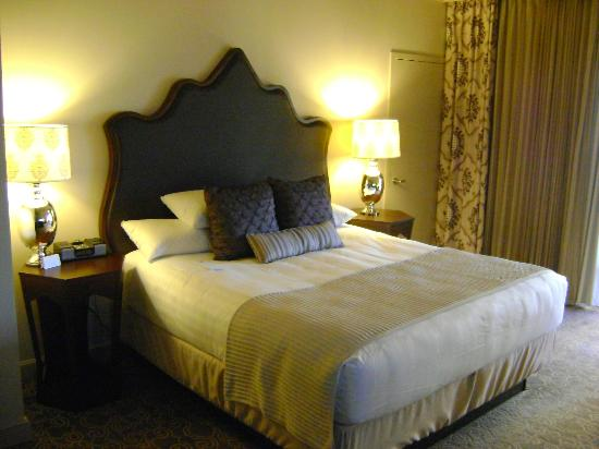 Hyatt Regency Coral Gables: King Sized Bed