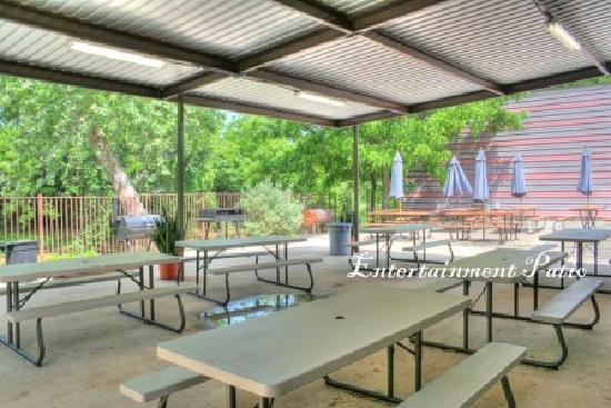 Heidelberg Lodges: Relax or picnic on our back patio.