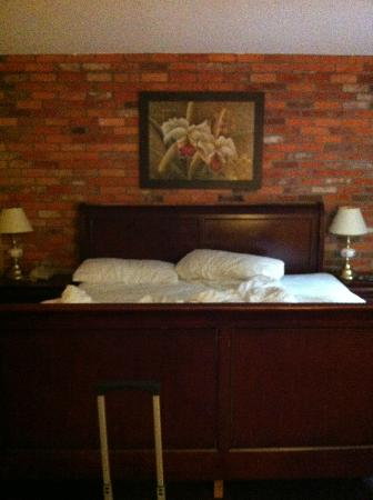Howard Johnson Hotel Toronto Yorkville: Pic of the Bed (unmade by us)