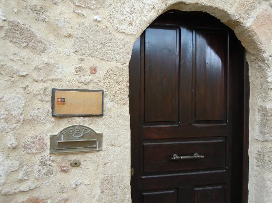 Zacosta Villa Hotel: ヴィラ入口。小さなドアです。