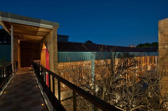 Hotel Bo: Vista desde el puente a la terraza central, espectacular de noche