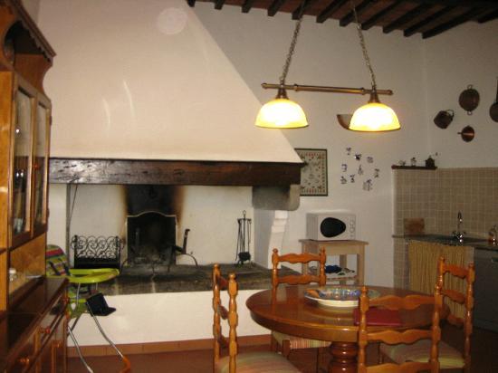 Villa il Castellaccio: Large wood burning fireplace