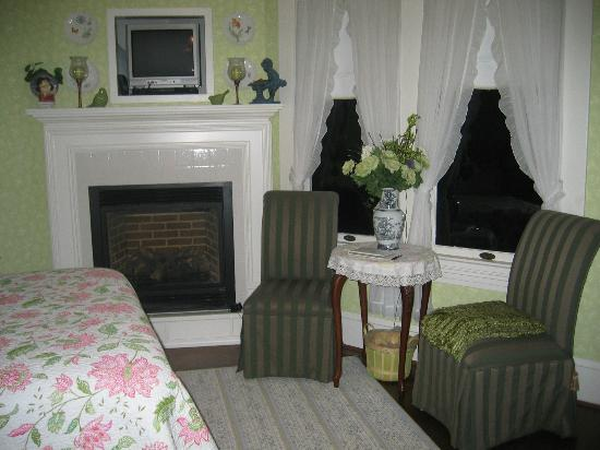 Sandes of Time Bed & Breakfast: Spring Garden Fireplace