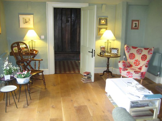 Cross Lane House: Relaxing sitting area
