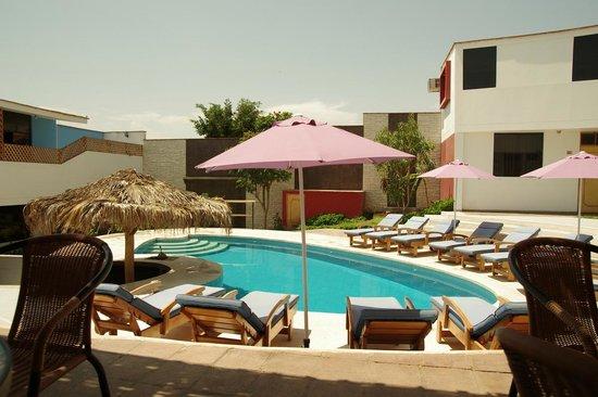 Hotel Villa Jazmin: Pool with pool bar