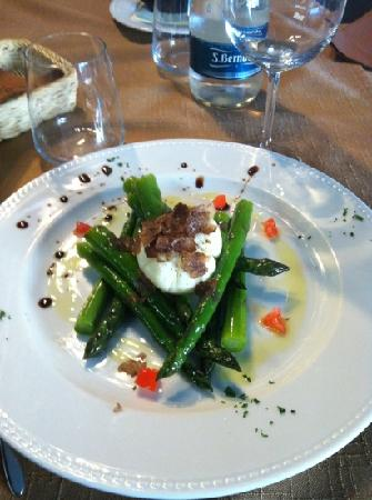 Osteria Bernardo: uova poached su cestino di asparagi croccanti e tartufo marzolino: yummie!