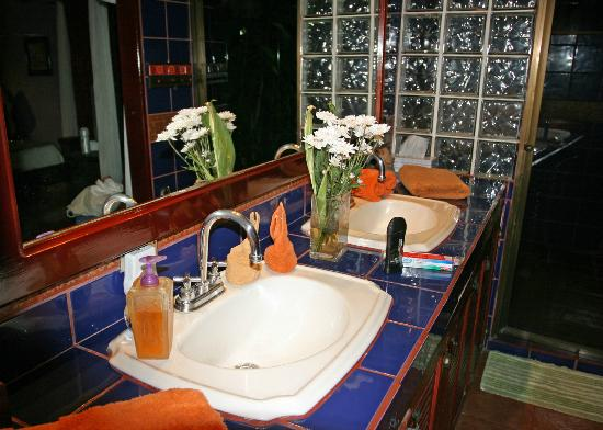 Casa Bella Rita Boutique Bed & Breakfast: Bathroom complete with fresh flowers