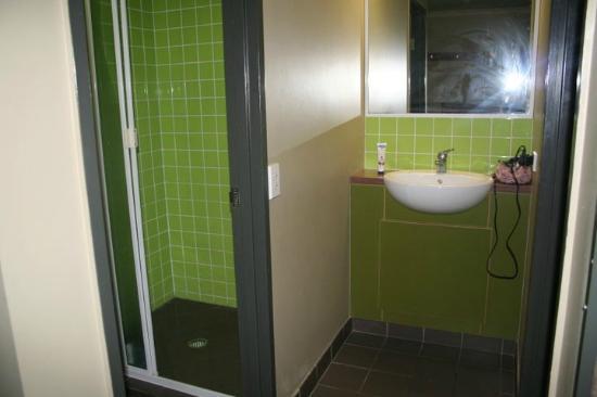 Gilligans Backpackers Hotel & Resort : Ensuite bathroom