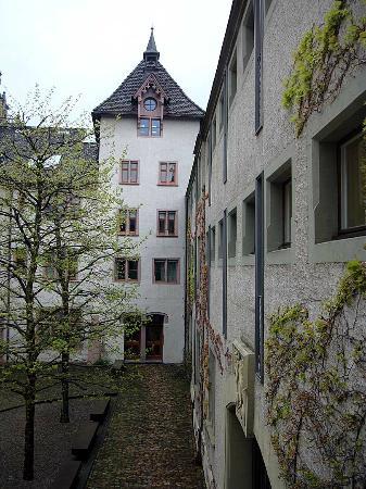 Hotel Brasserie Au Violon: Courtyard