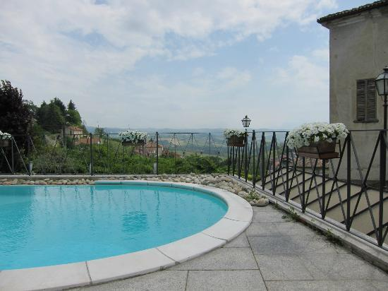 Hotel Villa Beccaris: lovely pool with views over Monforte