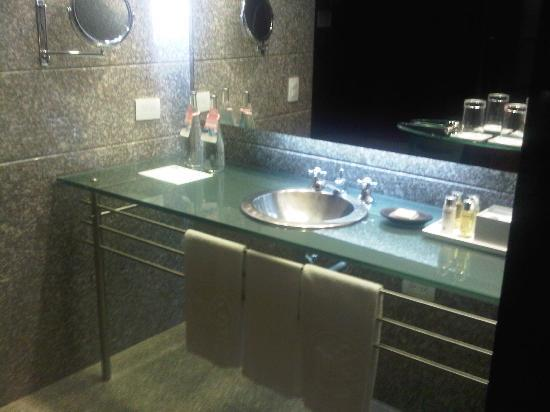Four Seasons Hotel Bogota: The Bathroom