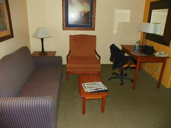 SpringHill Suites Prescott: Sitting area.  That orange chair was giant.