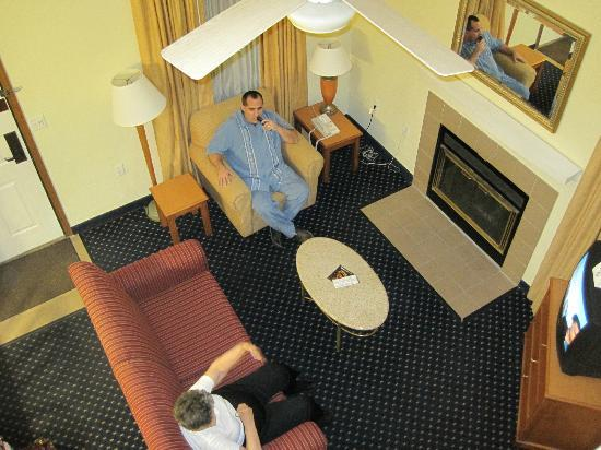 Hawthorn Suites by Wyndham Fort Wayne: View of living area from the loft