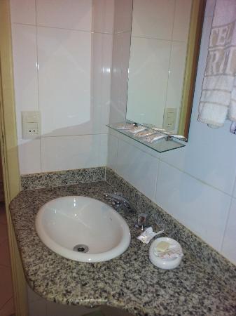 Hotel Biarritz: Banheiro em mau estado de conservação