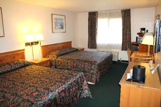 Palomar Inn: Two King Bed Deluxe Room