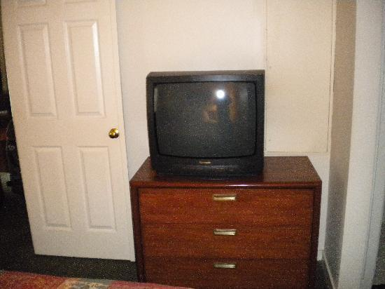 Sonesta ES Suites St. Louis: Bedroom Television
