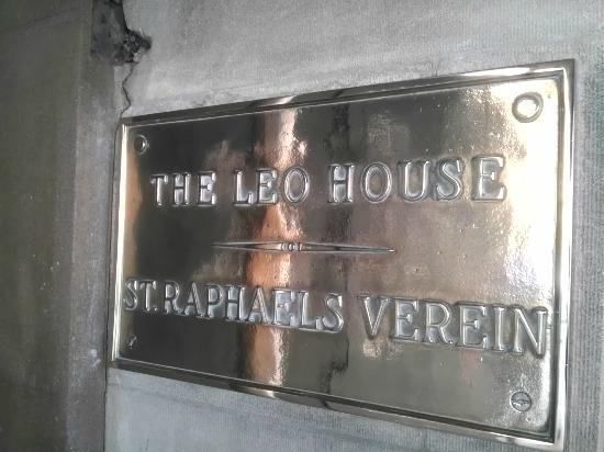 ‪ذا ليو هاوس: Leo House Name Plaque English/German‬