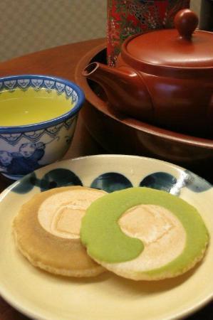 Matsubaya Inn: Complimentary tea & biscuits