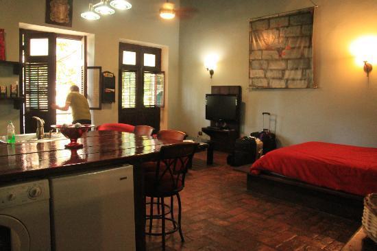 Caleta 64 Apartment : Room with open balcony doors